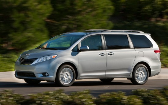 Toyota-Sienna-XLE-front-view-in-motion